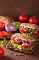 gezonde sandwich met hamtomaat en sla foto