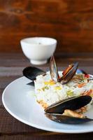 rijst met mosselen en groenten foto