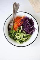 frisse salade met wortelen en kool foto