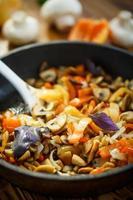 gebakken champignons met paprika en uien foto
