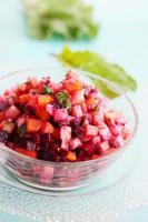 salade van gekookte groenten in een kom foto