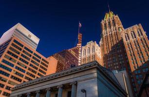 kijken omhoog naar kantoorgebouwen in Baltimore, Maryland. foto