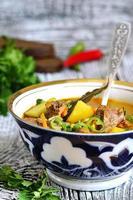 shurpa - traditionele Oezbeekse soep. foto