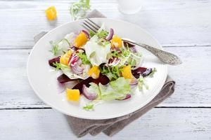 salade met saus op een bord