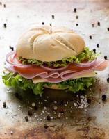 ham sandwich op stalen plaat foto