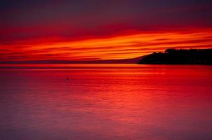 zonsondergang over de kust foto