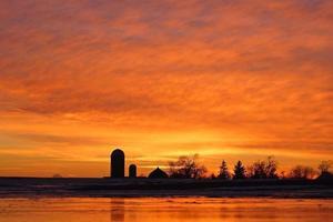 oranje boerderij zonsondergang foto
