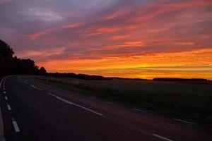 weg in zonsondergang foto