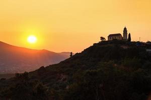 kerk bij zonsondergang foto