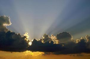 zonsondergang en wolken foto
