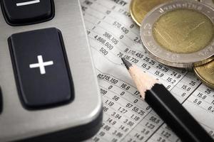zakelijke diagram op financieel verslag met munten foto