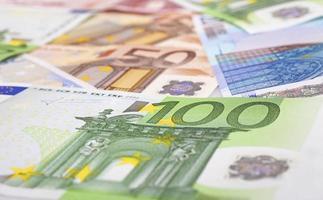 verschillende eurobiljetten als achtergrond foto