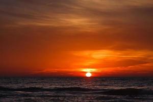 zonsondergang en zee foto
