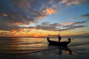 zonsondergang op het strand foto