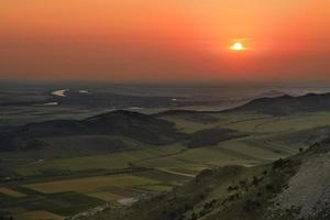 zonsondergang op een heuvel