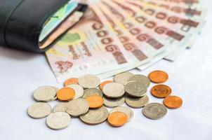 sluit omhoog van het geldbad van Thailand met zwarte portefeuille foto