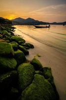 zonsondergang op chaloklum strand foto
