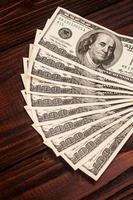 dollars op houten tafel foto
