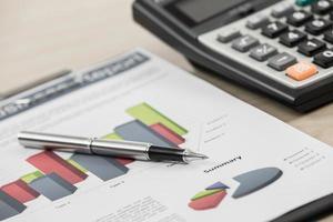 financiële grafieken en diagrammen met zandloper foto