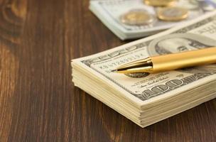 dollar geld bankbiljetten op hout foto