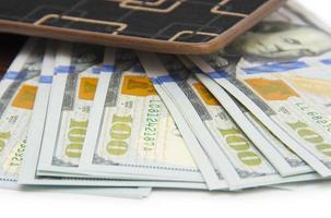 portemonnee met geld op wit wordt geïsoleerd foto