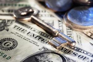sleutel op geld close-up foto