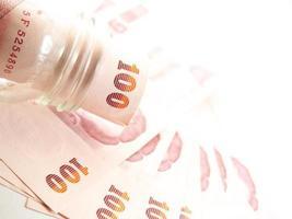 gedraaide bankbiljetten, geld in glas foto
