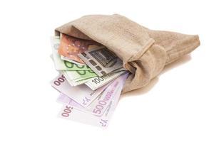 zak met eurobankbiljetten geïsoleerd op een witte achtergrond foto