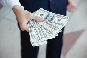 close-up geld in mannelijke handen foto