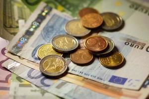 euromunten en bankbiljettengeld. foto