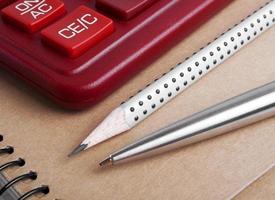 de rekenmachine, pen en potlood, close-up foto