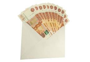 Russische denominaties van 5.000 roebel in de envelop. foto