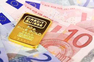 samenstelling met eurobankbiljetten en goudstaaf. foto