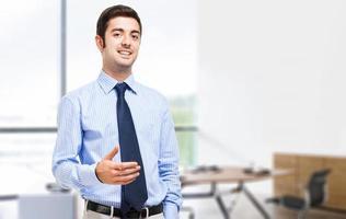 zelfverzekerde manager in zijn kantoor foto