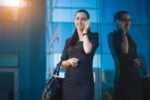 succesvolle zakenvrouw praten over mobiel.
