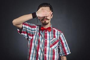 man in geruite overhemd en strikje foto