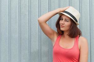 portret van mooi meisje in hoed buitenshuis. foto
