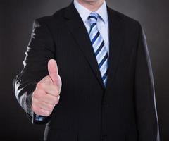 close-up van zakenman duimen opdagen foto