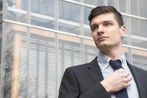 jonge zakenman in een stedelijke omgeving foto
