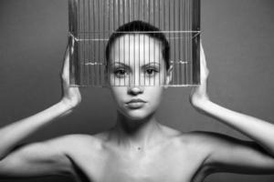 surrealistische vrouw met kooi foto