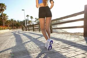 jonge vrouw joggen buiten in de zomer foto