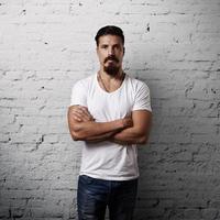 bebaarde knappe man met wit t-shirt foto