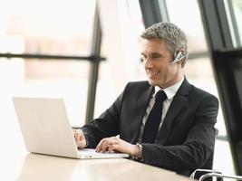 zakenman die op zijn laptop werkt. foto
