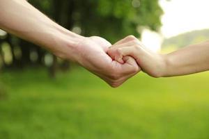 twee handen van een liefdevol paar op de natuur