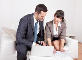 twee zakenmensen tijdens de vergadering foto