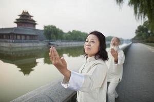 twee Chinese mensen die tai ji beoefenen foto