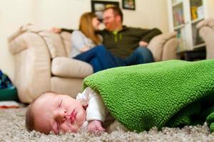 gezin met pasgeboren babyjongen foto