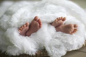 baby tweeling voeten foto