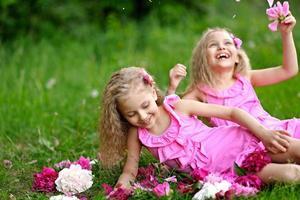 portret van twee kleine meisjestweelingen foto