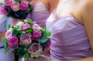 bruidsmeisjes en boeketten foto